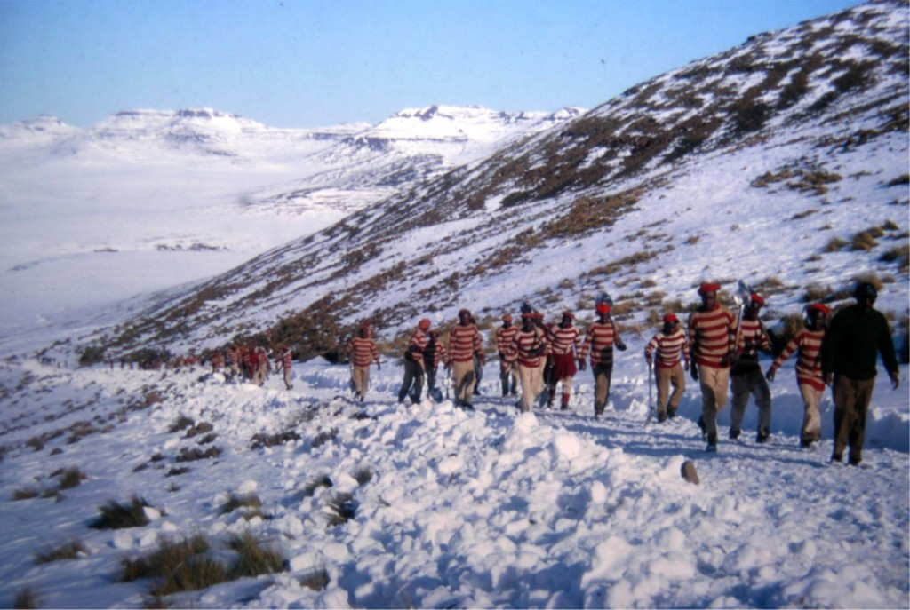 1963 - Prisoners from Mokhotlong Gaol two hours drive away clear snow from the Mokhotlong Sani Pass jeep track to enable landrovers to get through to bring in supplies.