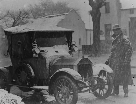 r Frans Petrus Bester, Paarl's district surgeon,  next to his Swift motorcar during the snowfall (Gribble Collection, Drakenstein Heemkring, Paarl). - PAARL'S LOCAL HISTORY ARCHIVE