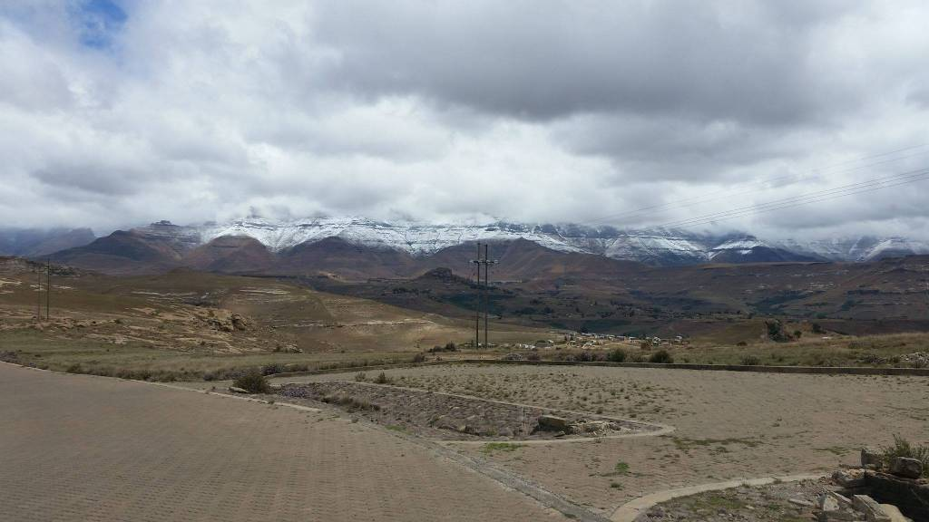 Above Phutaditjaba, close to Witsieshoek Mountain Lodge, looking towards Lesotho. Staff at the resort says they had about 10cm of snow over night. (FS) - Francois De Villiers